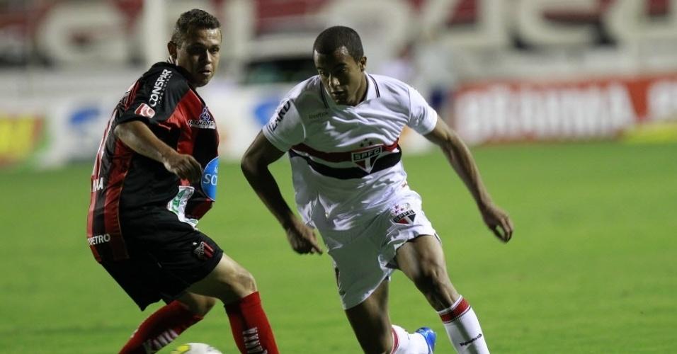 Lucas conduz a bola e é marcado de perto por jogador do Ituano, em partida do Campeonato Paulista