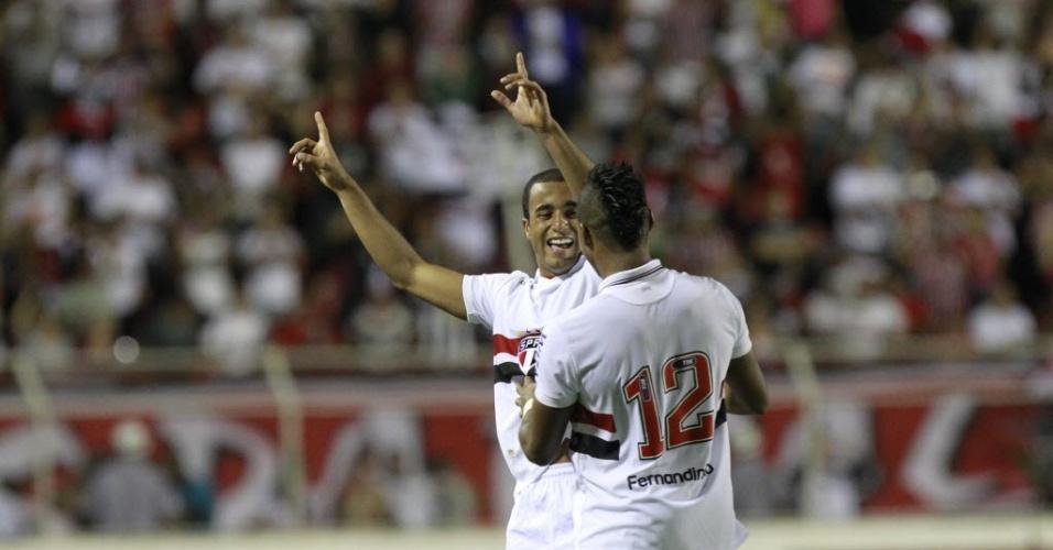Lucas e Fernandinho festejam após o meia marcar o gol da virada do São Paulo sobre o Ituano