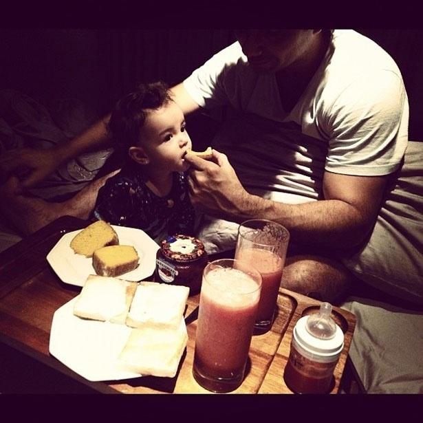 Marco Luque dá café da manhã para sua filha, Isadora, nascida em dezembro de 2010 (1/4/12)