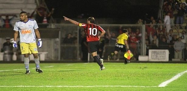 Meia Paulo Baier comemora, após marcar gol contra o Iraty (31/03/2012)