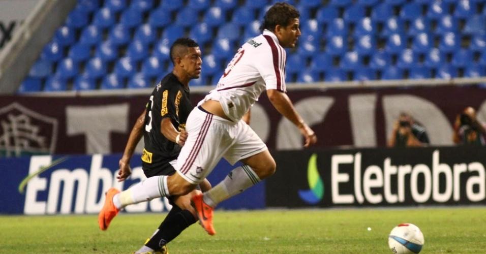 Rafael Moura avança com a bola. Flu e Botafogo ficaram no empate por 1 a 1