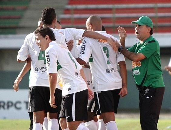 Técnico Marcelo Oliveira comemora com jogadores do Coritiba gol na vitória sobre Rio Branco (01/04/2012)