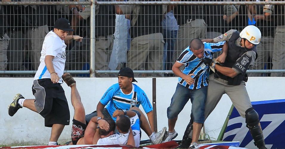 Torcedore brigam após derrota do Grêmio em Pelotas (01/04/2012)