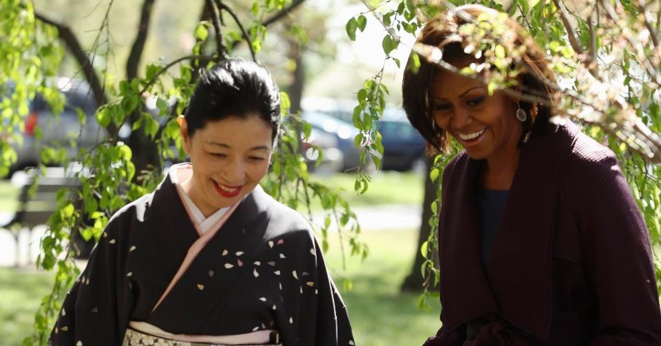 A primeira-dama dos Estados Unidos, Michelle Obama, planta cerejeira com Yoriko Fujisaki, mulher do embaixador do Japão para os EUA, em Washington (EUA)