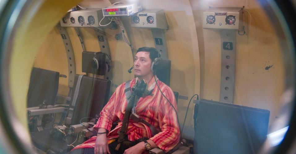 Astronauta russo passa por teste em câmara de pressão durante treinamento no centro espacial
