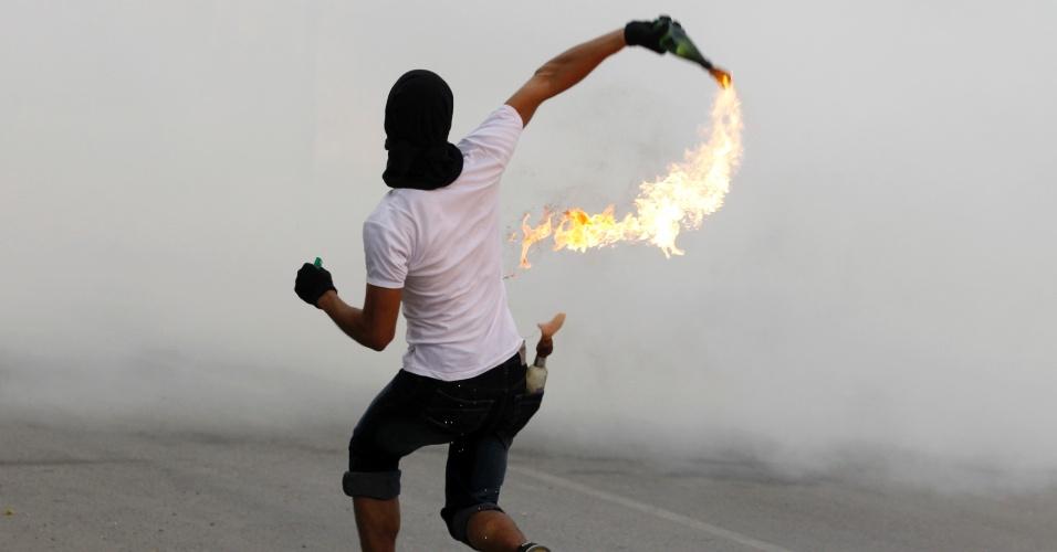 Bareinita lança coquetél Molotov nesta segunda-feira durante protestos no vilarejo de Salmabad, ao sul de Manama, capital do Bahrein