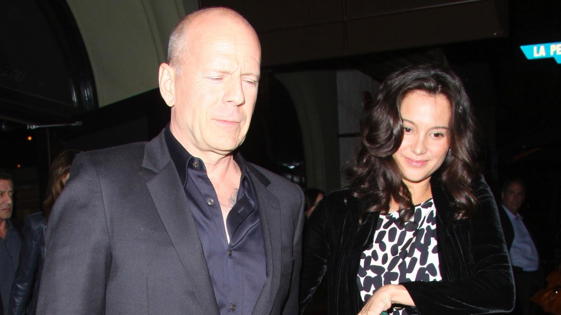 Bruce Willis e a mulher Emma Hemming saindo do restaurante Craig, em West Hollywood (1/3/12)
