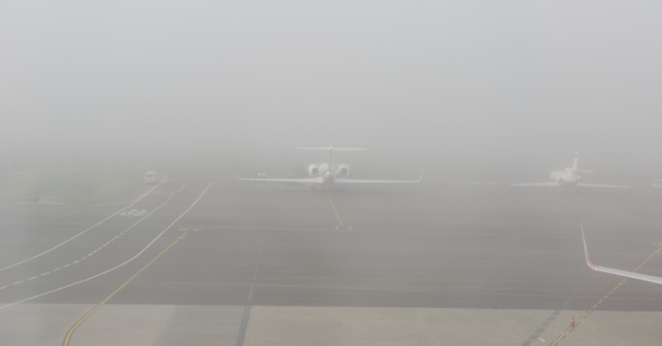 Forte neblina que atingiu Porto Alegre (RS) provocou o fechamento do Aeroporto Internacional Salgado Filho, na manh&#227; desta segunda-feira (2)