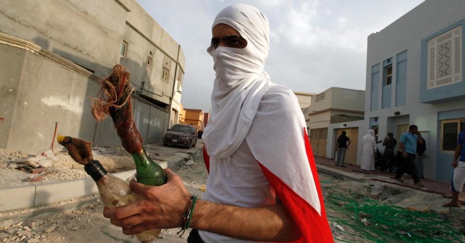 Manifestante carrega coqueteis Molotov durante cortejo no vilarejo de Salmabad, ao sul de Manama, capital do Bahrein. A procissão fúnebre é para Ahmed Ismael Abdulsamad, morto na última sexta-feira (30) por um tiro disparado de um carro em movimento, segundo autoridades