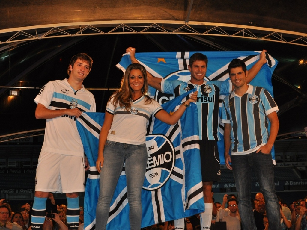 Mrio Fernandes, Monique,  Jonas e Miralles em desfile de uniformes do Grmio (02/04/2012)
