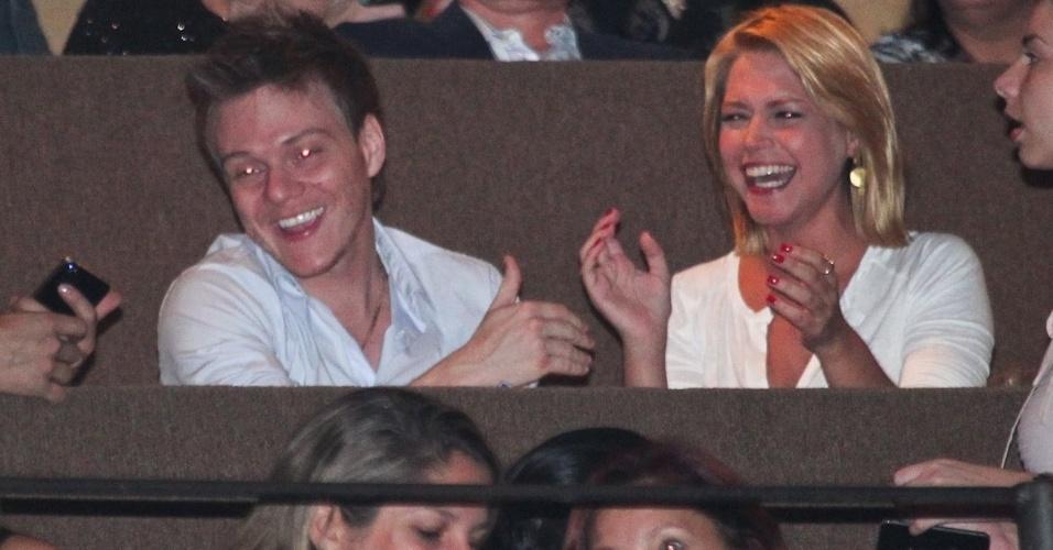 Michel Teló e Thaís Fersoza assistem juntos ao show do cantor canadense Michael Bublé no Via Funchal em São Paulo. O casal conversou e se divertiu durante o espetáculo (1/4/12)