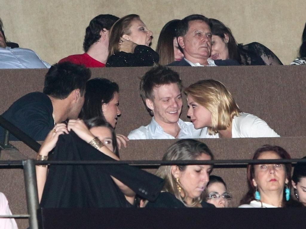 Michel Teló e Thaís Fersoza assistem juntos ao show do cantor canadense Michael Bublé no Via Funchal em São Paulo. O casal conversou e se divertiu durante o espetáculo. Eles foram parados na blitz da Lei Seca no início de março no Rio de Janeiro (1/4/12)