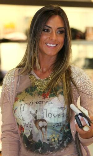 Nicole Bahls, ex-panicat, aparece com blusa transparente no Aeroporto Santos Dumont, no Rio de Janeiro (2/4/12)