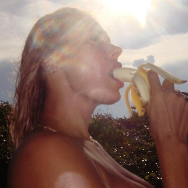 No Twitter, &#194;ngela Bismarchi posta foto em que aparece comendo banana (2/4/12)