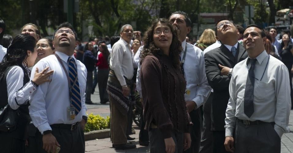 População se concentra em rua após terremoto de magnitude 6.3 que abalou a região de Ometepec, no Estado de Guerrero, México. O tremor de terra também foi sentido na Cidade do México, segundo informaram testemunhas. No último dia 20 de março outro terremoto de magnitude 7,4 atingiu o sul do México