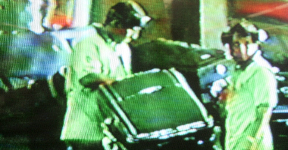Reproducão de vídeo de segurança do Aeroporto Internacional de Guarulhos (Cumbica), em São Paulo, mostra funcionários flagrados furtando objetos das bagagens dos passageiros