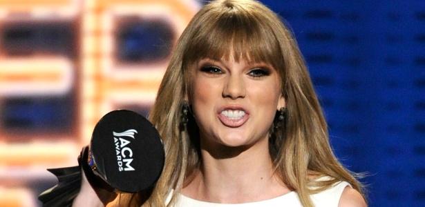 Taylor Swift recebe o prêmio de Artista do  Ano no prêmio ACM, em Las Vegas (1/4/12)