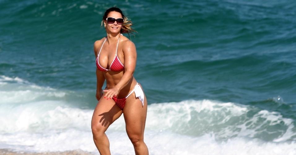 Viviane Araújo aproveita tarde de Sol na praia, no Rio de Janeiro (2/4/12)