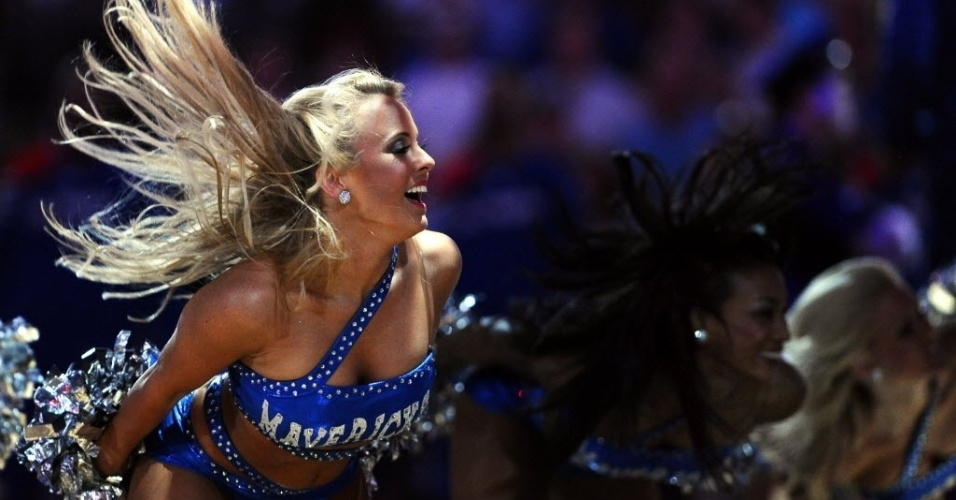 Cheerleader do Dallas Mavericks se apresenta antes do duelo dos donos da casa contra o Los Angeles Clippers