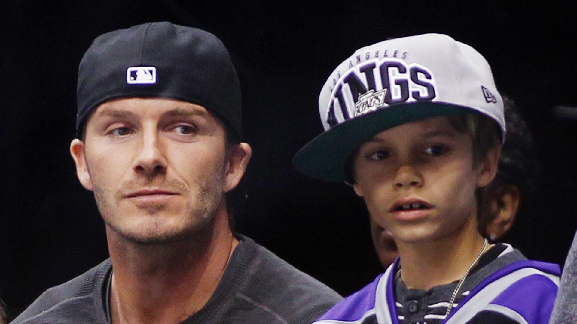 David Beckham (esq) levou o filho Romeo para acompanhar a partida entre Edmonton Oilers e Los Angeles Kings pela NHL. Na última semana, pai e filho acompanharam de perto um dos jogos do Los Angeles Lakers pela NBA