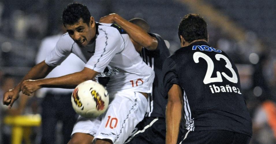 Diego Souza encara a forte marcação no jogo entre Vasco e Alianza Lima (03/04/12)