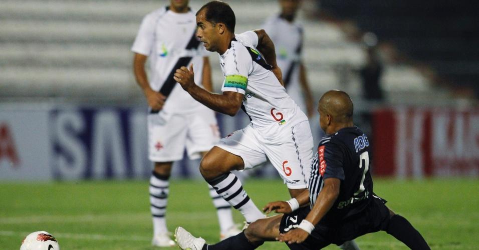 Felipe escapa da marcação na partida entre Vasco e Alianza Lima (03/04/12)