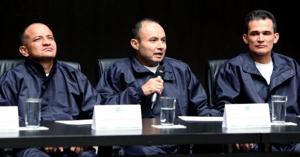 - ose-libardo-forero-esq-cesar-augusto-lasso-centro-carlos-jose-duarte-dir-um-dos-policiais-que-estavam-em-poder-das-farcs-forcas-armadas-revolucionarias-da-colombia-participam-de-cerimonia-com-1333494099961_956x500