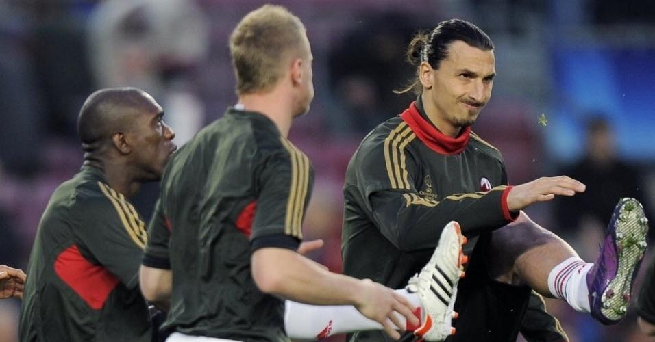 Seedorf (e), Abate (c) e Ibrahimovic (d) se aquecem antes do jogo de volta pelas quartas da Liga dos Campeões