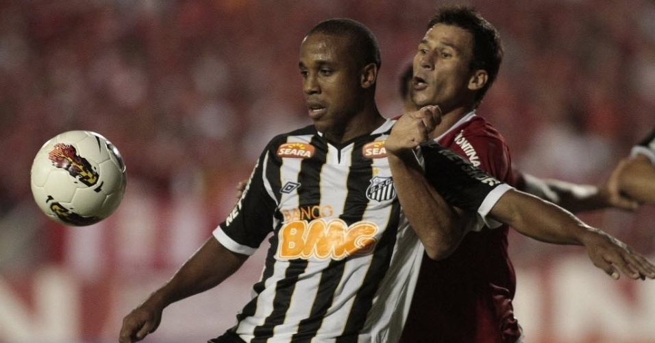 Borges, do Santos, tenta o domnio contra a marcao de ndio, do Internacional