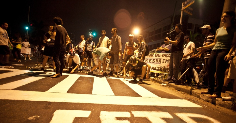 Ciclistas protestam na avenida Pirajussara, zona sul de São Paulo, após a morte de mais um ciclista na cidade