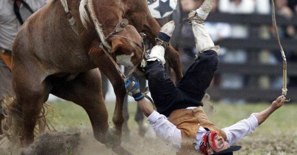 """Gaúchos participam de competição de montaria de cavalos em Montevídeu, capital do Uruguai. É parte da """"Semana Criolla"""" de Montevidéu, evento que atrai  gaúchos do Brasil, da Argentina e do Uruguai"""