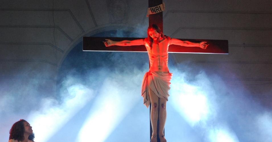 Grupo teatral encena a Paixão de Cristo nas escadarias da Câmara Municipal do Rio de Janeiro, na Cinelândia, nesta quarta-feira (4)