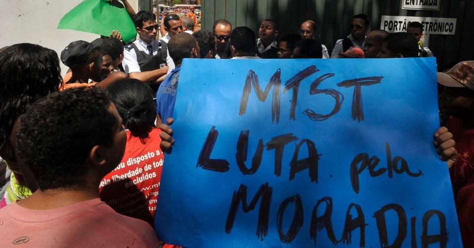 Integrantes do MTST (Movimento dos Trabalhadores Sem Teto) fazem manifestação em frente a portaria do canteiro de obras do Estádio Nacional Mané Garrincha, em Brasília (DF)