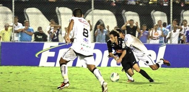 Lincoln, do Coritiba, sofre marcação no jogo contra o ASA pela Copa do Brasil (04/04/2012)