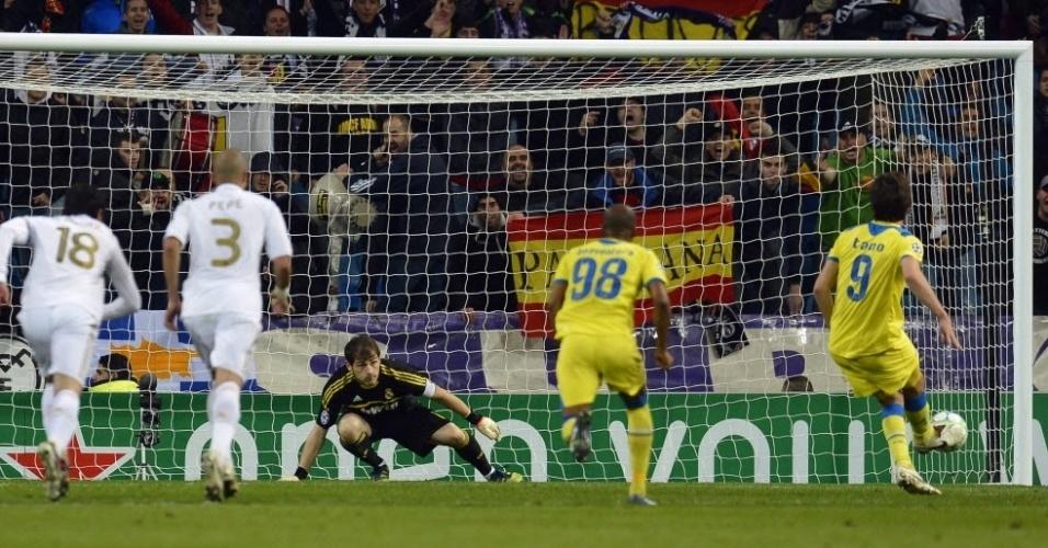 O APOEL ainda conseguiu marcar mais um com Solari, de pênalti