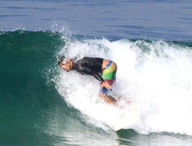 O ator Cauã Reymond surfa na praia da Barra, na zona oeste do Rio (4/4/12)
