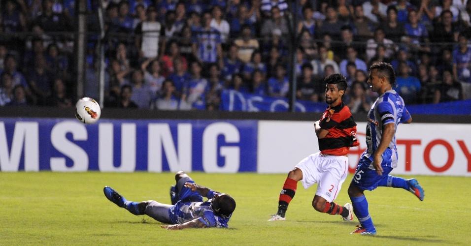 O lateral Léo Moura tenta a finalização durante jogo do Flamengo contra o Emelec