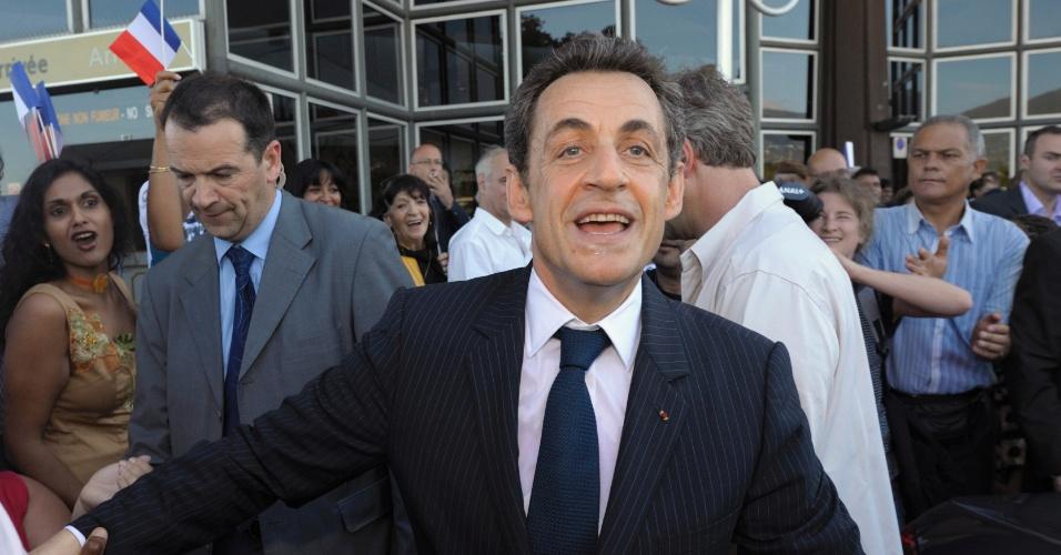 O presidente da França e candidato nas próximas eleições, Nicolas Sarkozy, é recepcionado por militantes no Aeroporto Saint-Denis, na ilha francesa de la Réunion