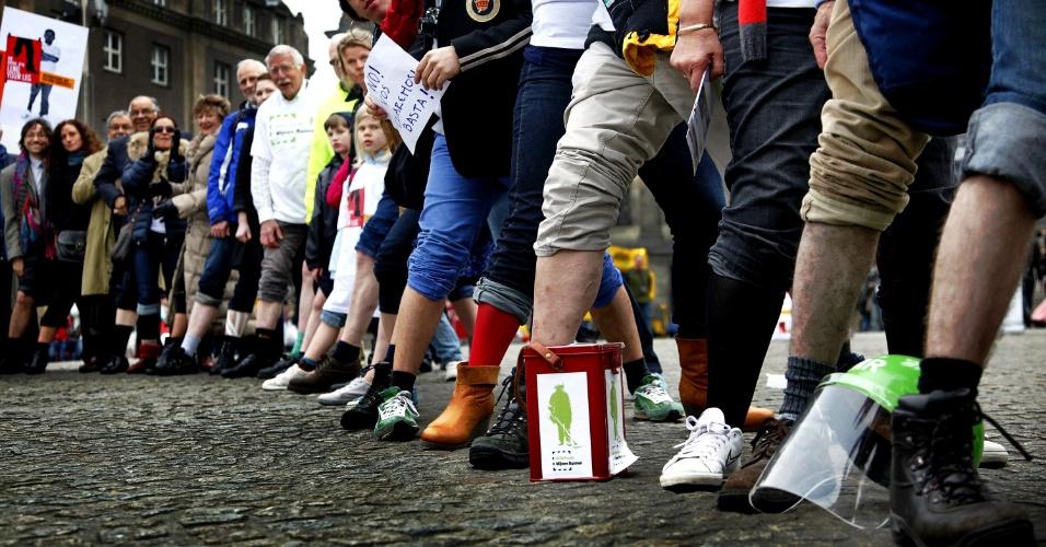 Pessoas participam em Amsterdã, na Holanda, de campanha mundial contra o uso de minas terrestres