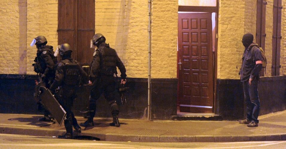 Policiais fazem busca em residêndia de Roubaix, na França, durante operação contra o terrorismo islâmico