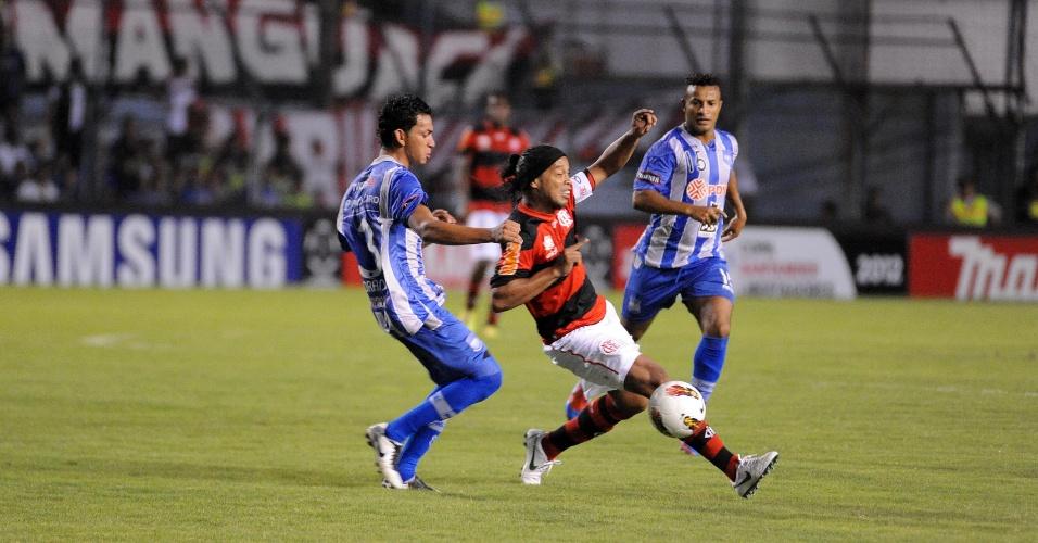 Ronaldinho Gaúcho tenta escapar da marcação no jogo entre Emelec e Flamengo (04/04/12)