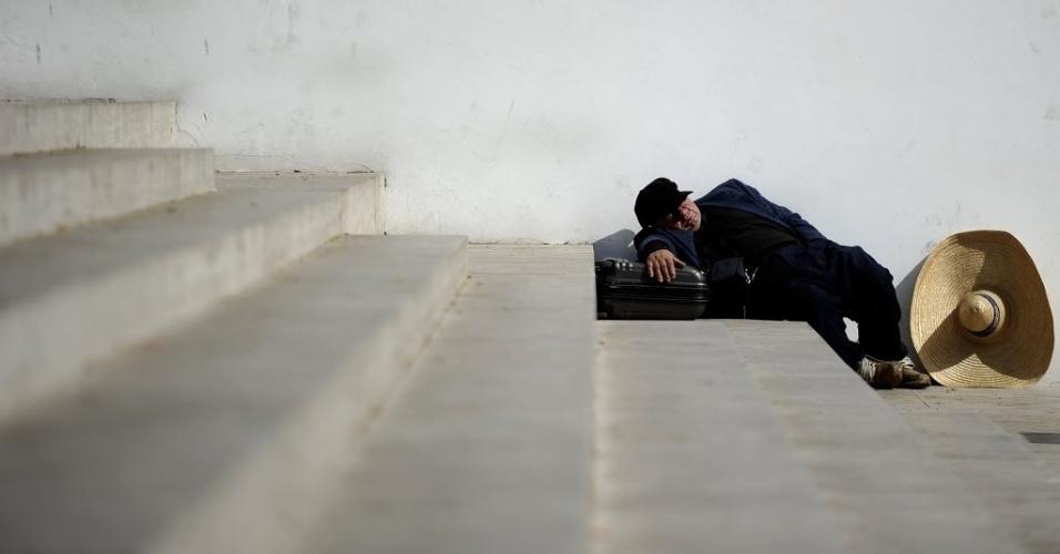 Sem-teto dorme em escadaria na cidade de Roma, Itália, nesta quarta-feira (4). A crise financeira europeia empobreceu parte da população do continente que  teve de enfrentar a redução no padrão de econômico