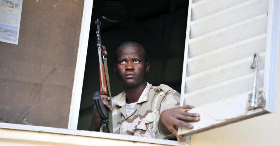 Soldado malinês observa discurso do líder da junta militar provisória que governa o país desde a deposição do presidente Amadou Toumani Touré. Desde terça-feira (4), a junta discute o futuro do país africano