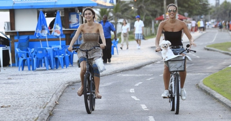 Thaila Ayala pedala acompanhada de D&#233;bora Nascimento pela orla da praia da Barra da Tijuca, zona oeste do Rio (4/4/2012)