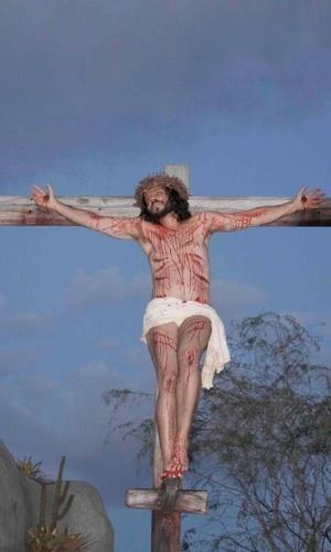 A cena da crucificação de Jesus Cristo, interpretado por José Barbosa durante a apresentação de Nova Jerusalém
