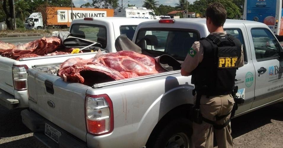 Agentes da Polícia Rodoviária Federal apreenderam uma tonelada de carne bovina na manhã desta quinta-feira (5), no município de Simões Filho, na Bahia. A carne não tinha documentação fiscal e sanitária e refrigeração, além de o motorista não ter carteira de motorista