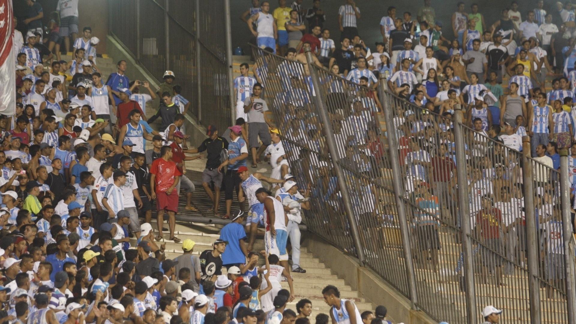 Alambrado de proteção do estádio Mangueirão é derrubado por torcedores durante briga no jogo entra Paysandu e Sport