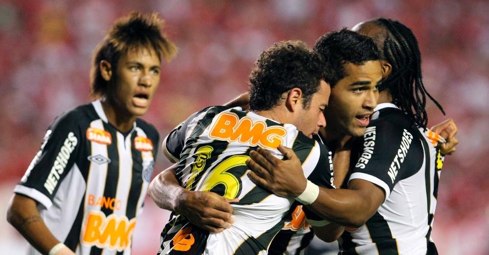 Alan Kardec é abraçado pelos companheiros ao marcar o gol de empate do Santos contra o Internacional (04/04/12)