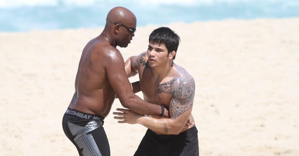 Anderson Silva (esq) treina com Erick Silva na praia do Recreio no Rio de Janeiro