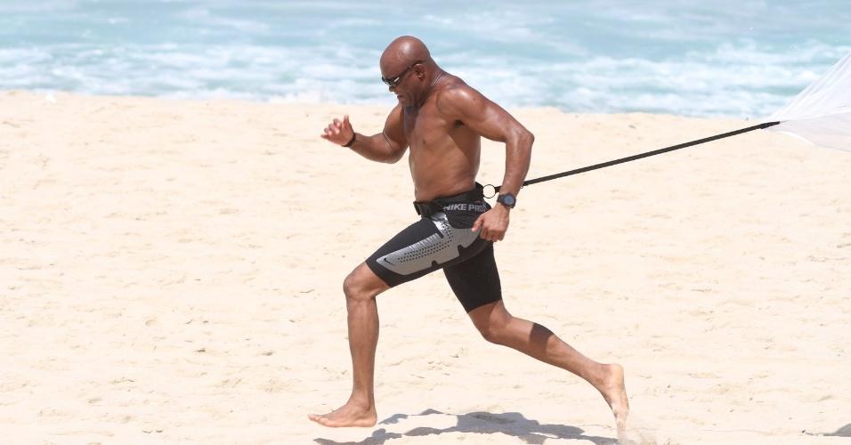Anderson Silva fez um treino de força na praia do Recreio no Rio de Janeiro nesta quinta-feira (05/04/2012)